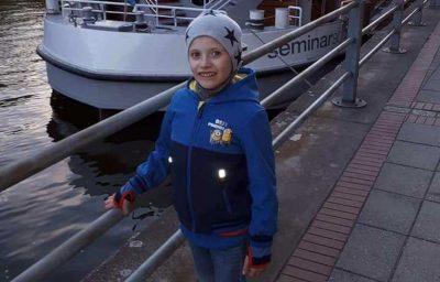 Ben am Hafen vor einem Schiff