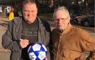 Helmut Sandmann und Klaus Neisner signieren rautenherz Ball
