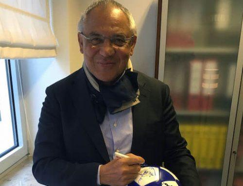 Felix Magath und Uwe Seeler signieren rautenherz-Ball