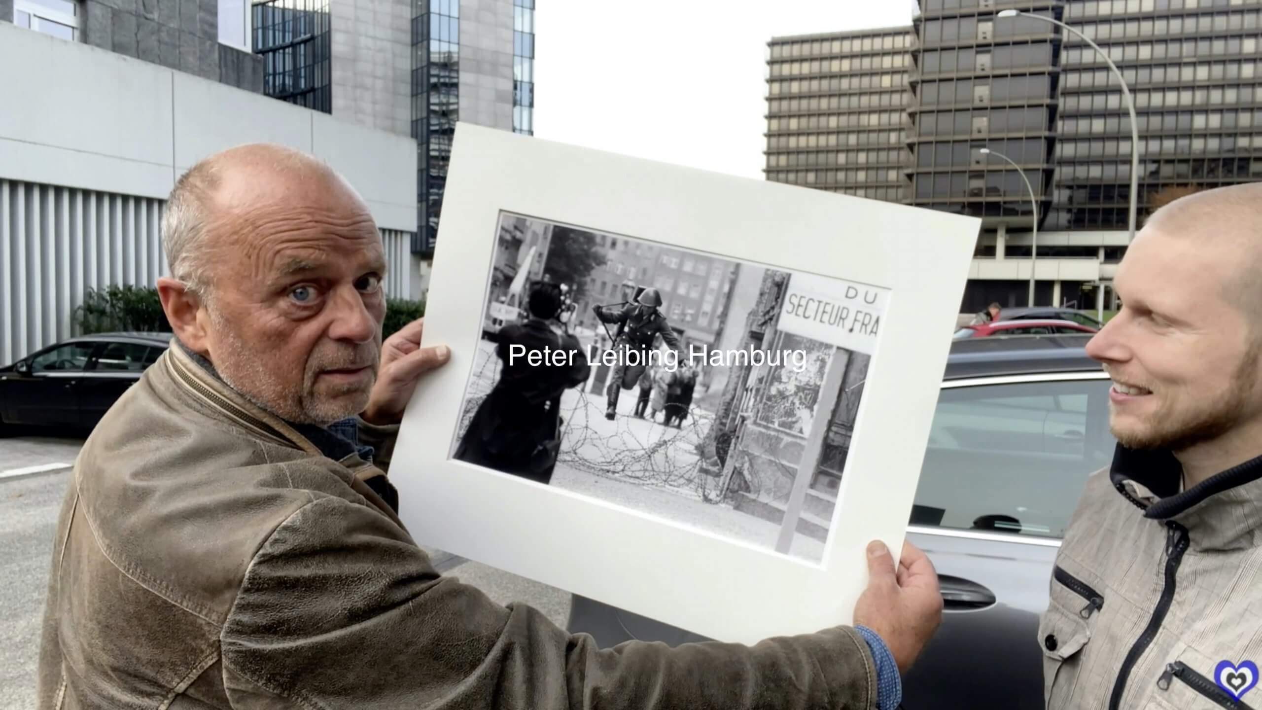 Norbert Gettschat und Martin Rüssel bei der Bilduebergabe