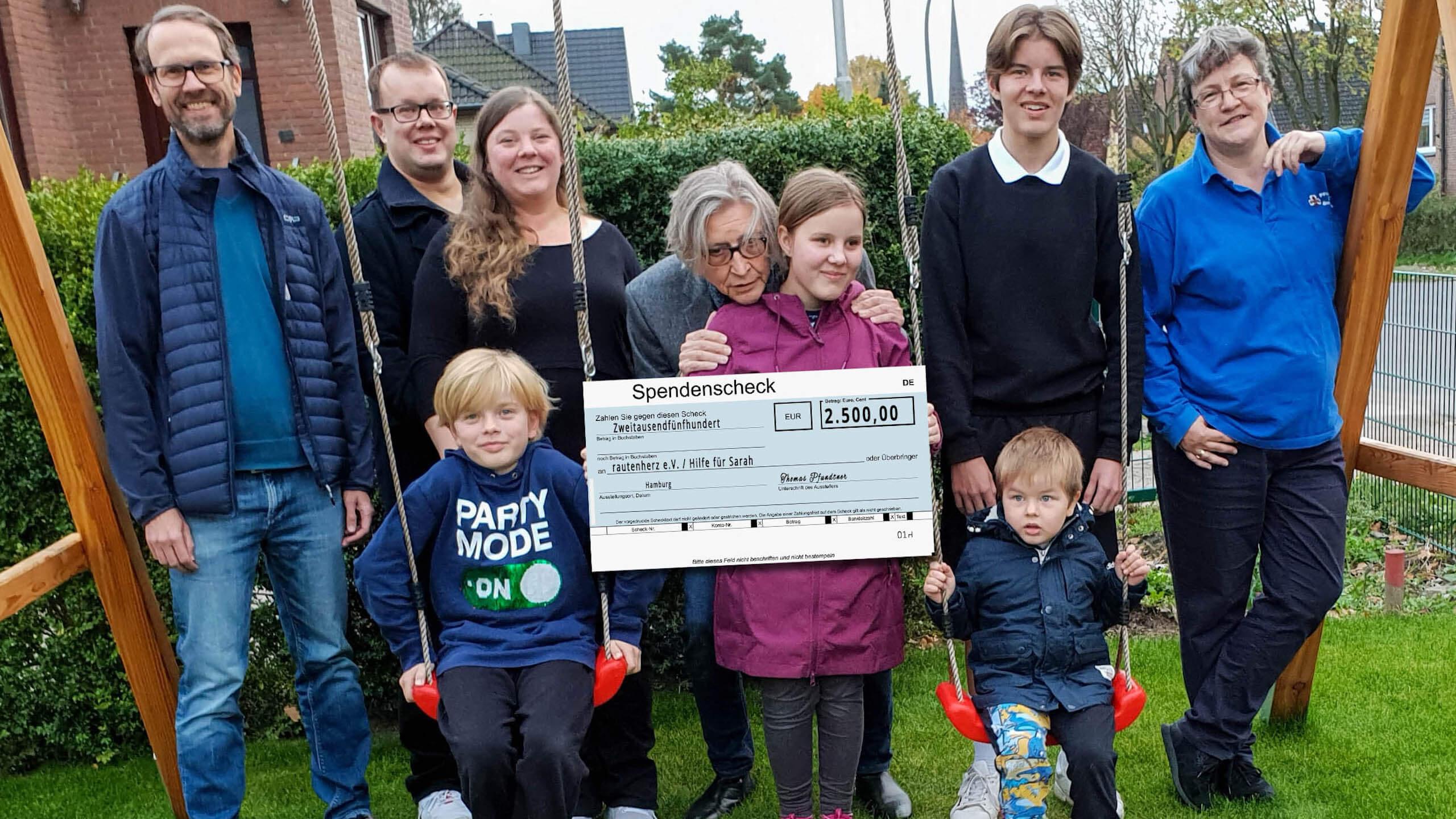 Thomas Pfundtner überreicht Sarah einen Spendenscheck